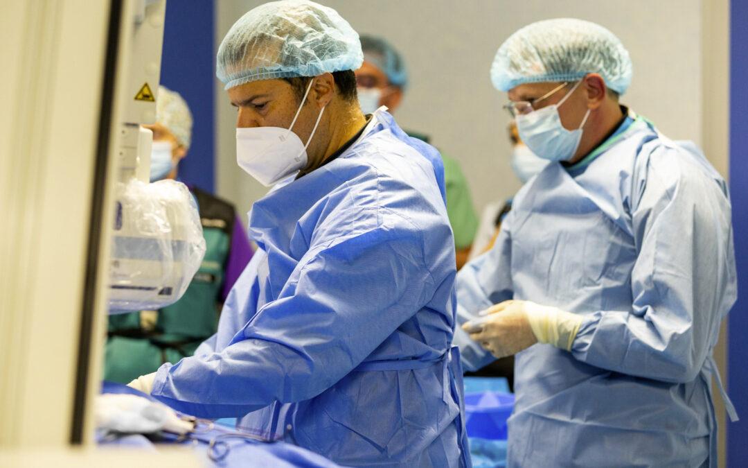 Premieră națională: Dispozitiv de resincronizare și defibrilare cardiacă montat fără a trece prin valva tricuspidă a inimii
